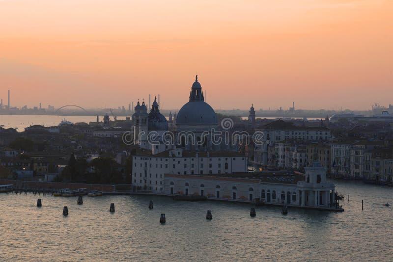  för Punta dellaDogana galleri som och Santa Maria della Salute Ñ är athedral på solnedgång Venedig royaltyfri fotografi