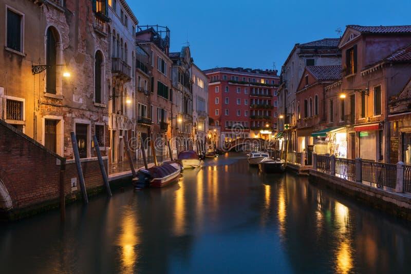  vénitien de l'eau Ñ anal la nuit à Venise images stock