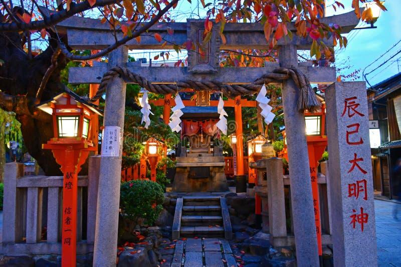  Tatsumi DaimyÅ Jin-Schrein bei Kyotos Gion Shirakawa District lizenzfreies stockbild