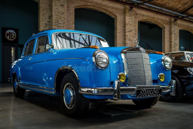 """ de lujo del """"Ponton†de Mercedes-Benz 220S W180 II del coche, 1956 imagen de archivo"""
