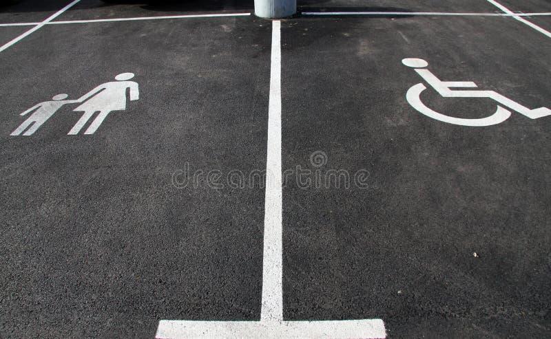 """ et """"Mother de Handicap†de ` avec des icônes de  de child†Signes de stationnement Parking avec le signe d'handicap et mèr photographie stock libre de droits"""