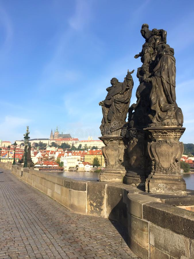 """ för den skulpturala grupp""""Madonnaen, St Dominic och för St Thomas Aquinasâ €en på Charles Bridge, Prague, Tjeckien arkivbild"""