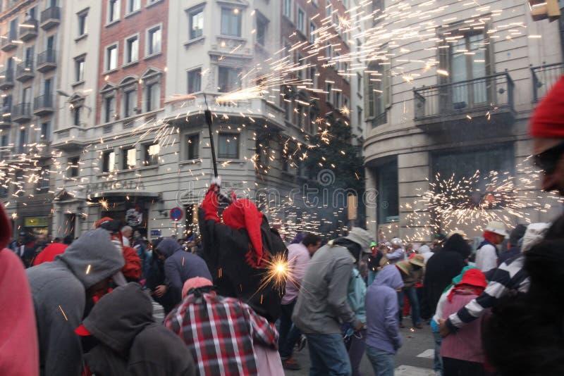 """ sui Fuoco-funzionamenti di Correfoc, festival di Merce della La, Barcellona, Catalogna, Spagna del """"devils†dei fuochi d'art fotografia stock"""