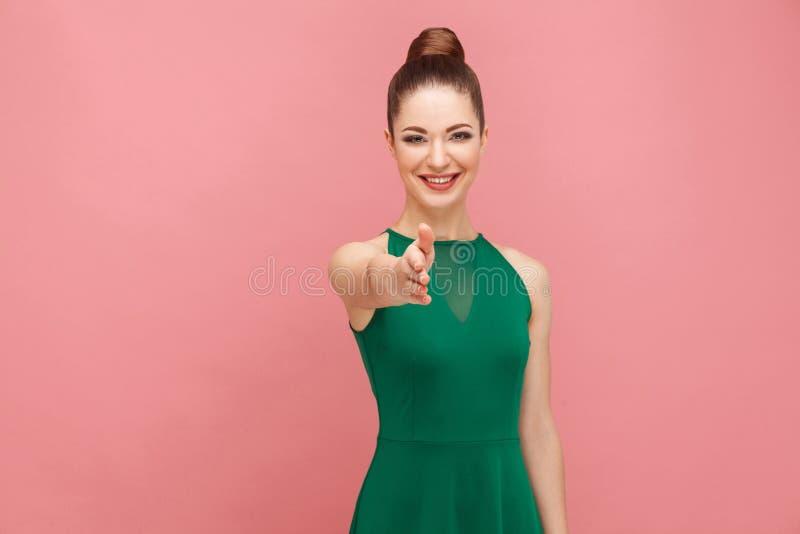 ¡ Bienvenido! Mujer con el apretón de manos recogido del pelo fotos de archivo