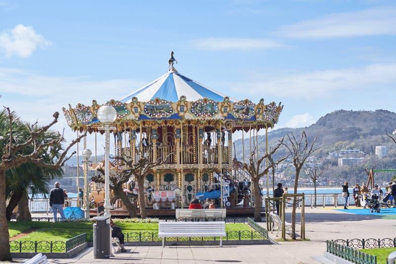 ¡ N, Donostia, Paese Basco, Spagna di San SebastiÃ; 03-18-2019 il carosello dei bambini anziani situato sul lungonmare di Concha  fotografia stock libera da diritti