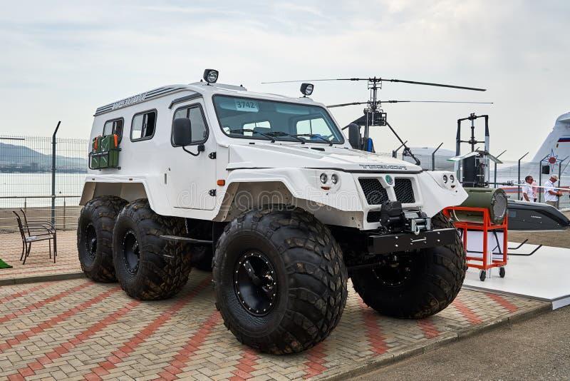 ¡ OL-39294 de TREÐ - o russo ATV em dispositivos propelindo pneumáticos da baixa pressão é demonstrado na área de exposição no Ma imagens de stock