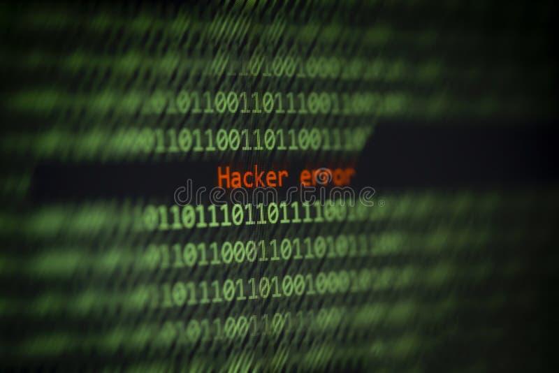¡Alarma cortada de los datos del número de código binario de la informática! Error del pirata informático en la pantalla de visua imagenes de archivo