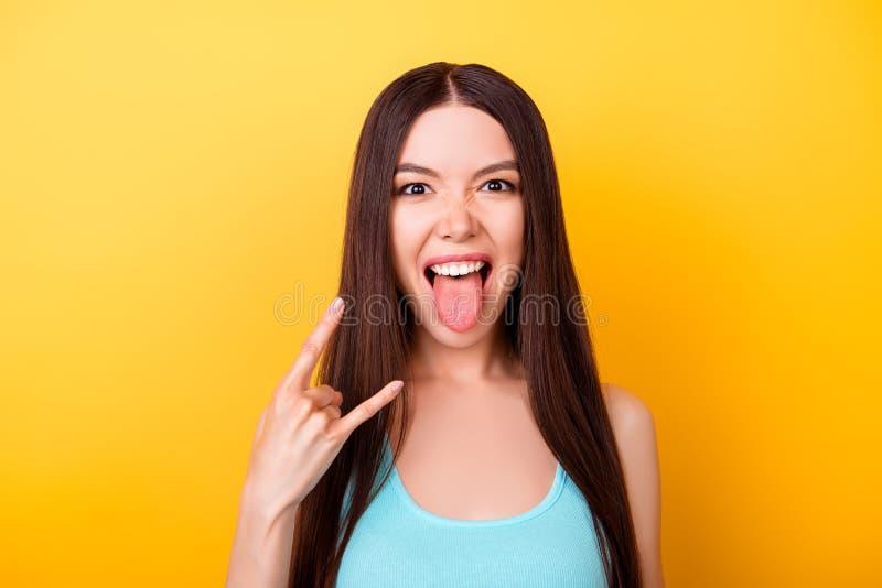 ¡Bebé del rollo de la roca n! La señora competida con mezclada asiática joven atractiva es posición fotografía de archivo