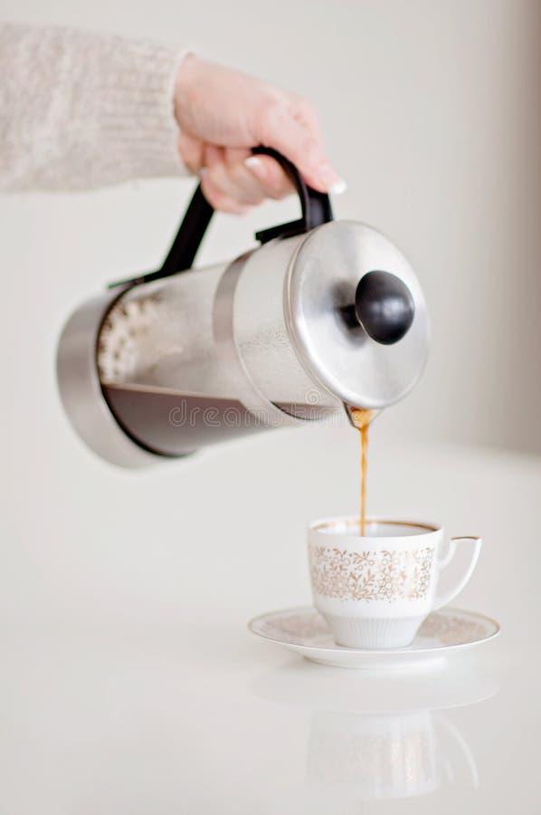 ¡Buenos días! ¿Quiera un poco de café recientemente puesto a tierra para el desayuno? H imágenes de archivo libres de regalías