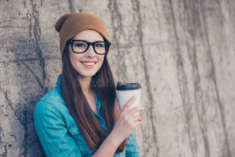 ¡Buenos días! La señora bastante joven alegre está teniendo té cerca de concentrado foto de archivo libre de regalías