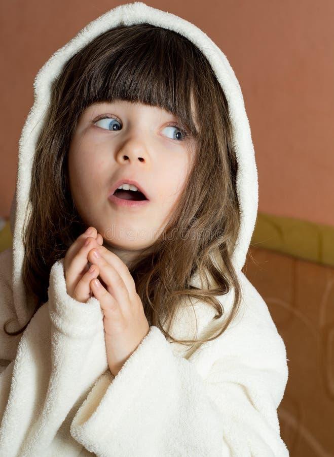 ¡Cara del wow! Albornoz que lleva sorprendida del niño después del baño o de la ducha imagen de archivo libre de regalías