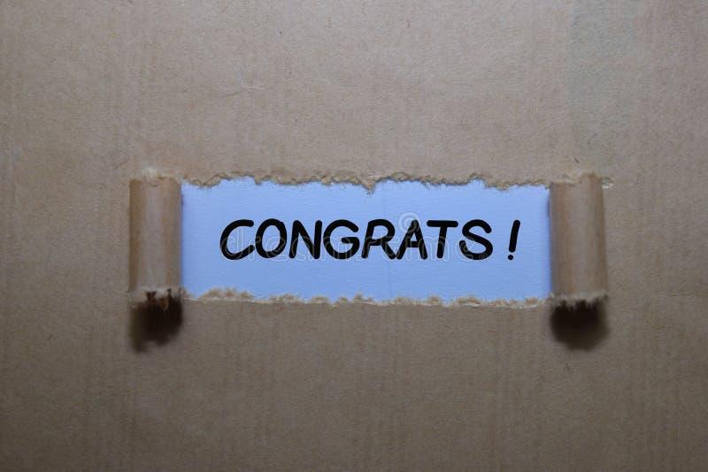 ¡Cierra el texto Felicitaciones! escribir en papel roto marrón imagen de archivo