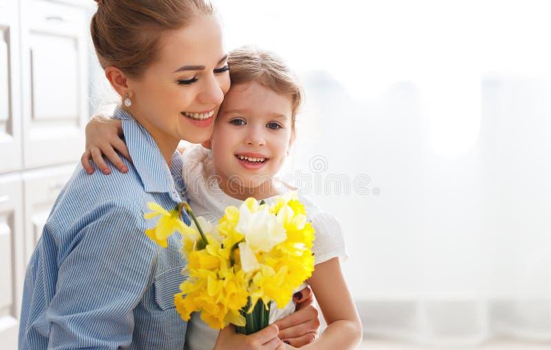 ¡Día feliz del ` s de la madre! la hija del niño da a madre un ramo de f fotos de archivo libres de regalías