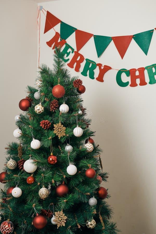 ¡Días de fiesta de la Feliz Navidad y de la Feliz Año Nuevo! Adornando el árbol de navidad dentro Imagen macra o cercana del árbo imagen de archivo