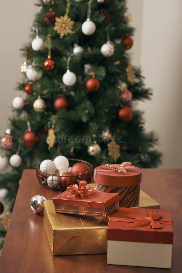 ¡Días de fiesta de la Feliz Navidad y de la Feliz Año Nuevo! Adornando el árbol de navidad dentro Imagen macra o cercana del árbo fotos de archivo libres de regalías