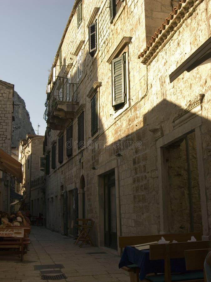 ¡De OmiÅ - la ciudad de Almissa en Croacia localizó en el Adriático fotos de archivo libres de regalías