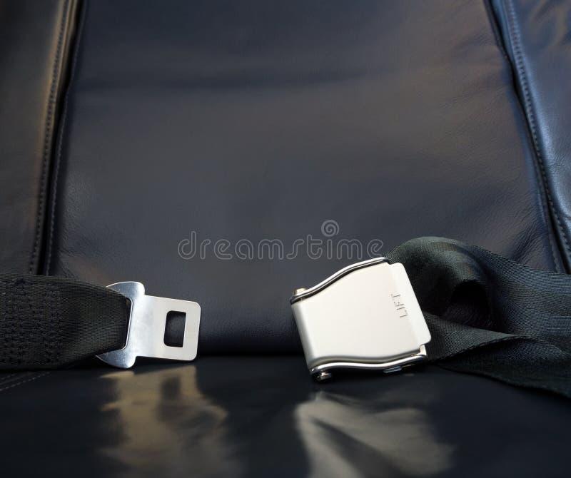 ¡Deja el viaje comenzar! El asiento de cuero del aeroplano con el metal sujeta imagen de archivo libre de regalías