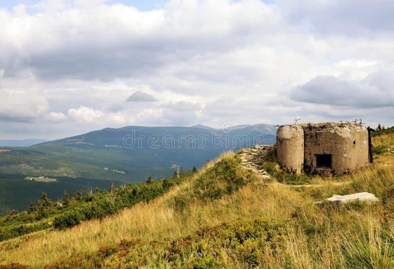 ¡E de KrkonoÅ - las montañas ajardinan con los fortalecimientos defensivos checos fotos de archivo