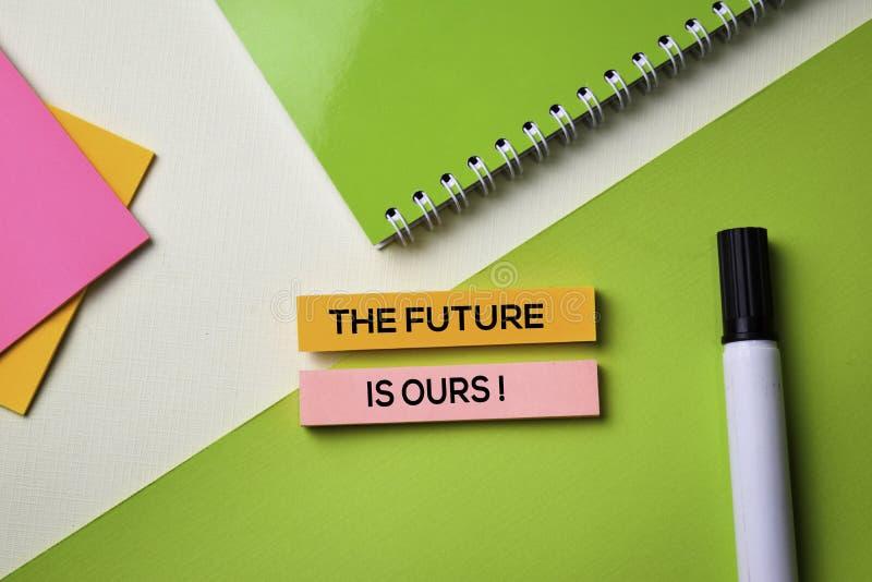 ¡El futuro es los nuestros! texto en la tabla del escritorio de oficina de la visión superior de lugar de trabajo y de objetos co fotos de archivo