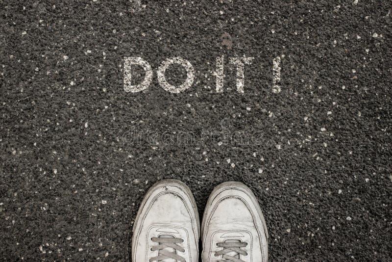 ¡El nuevo concepto de la vida, lema de motivación con palabra HACE LA TIC! por motivo del asfalto foto de archivo