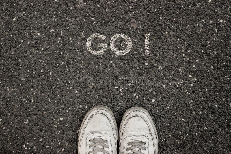¡El nuevo concepto de la vida, lema de motivación con palabra VA! por motivo del asfalto foto de archivo