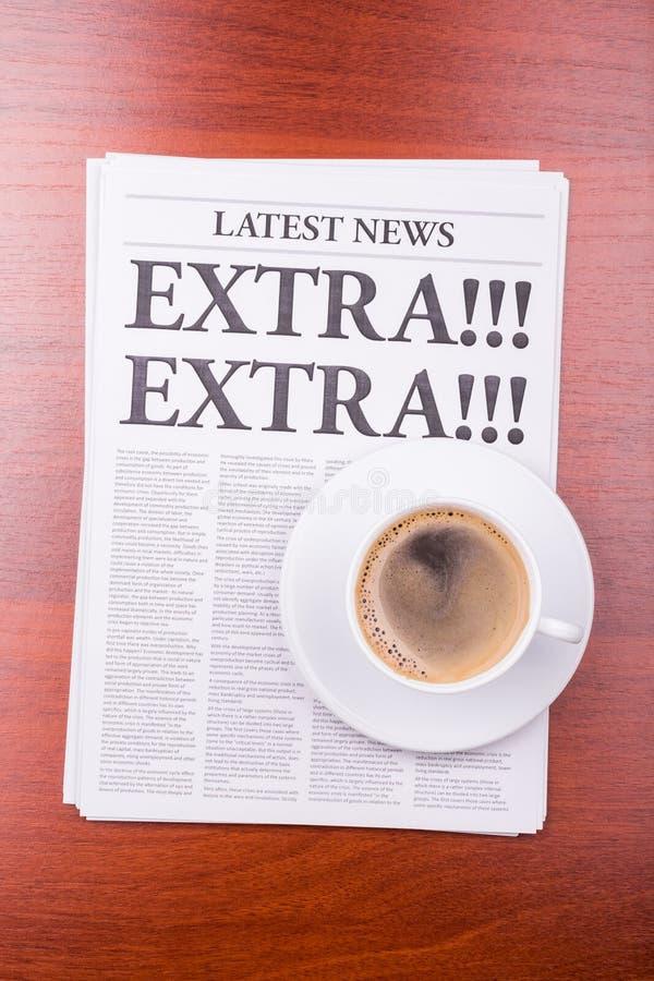 ¡El periódico ADICIONAL! ¡ADICIONAL! y café imagen de archivo libre de regalías