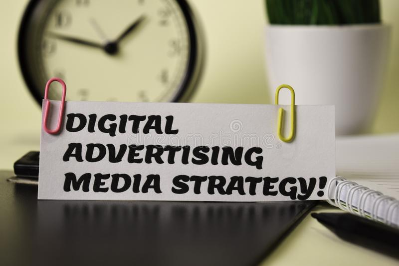 ¡Estrategia de publicidad de Digitaces medios! en el papel aislado en él escritorio Concepto del negocio y de la inspiraci?n fotografía de archivo