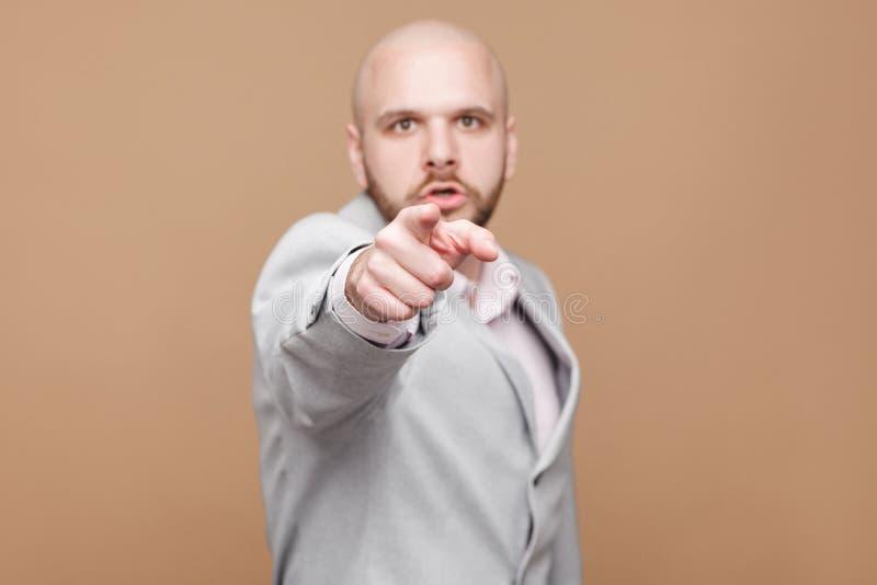 ¡Ey usted! El retrato del centro hermoso serio envejeció b barbudo calvo fotos de archivo