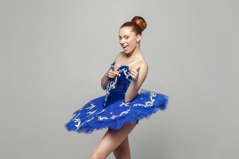 ¡Ey usted! Retrato de la mujer hermosa de la bailarina en el traje azul w imagenes de archivo