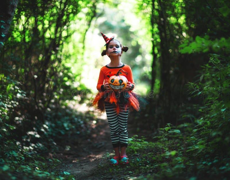 ¡Feliz Halloween! muchacha espeluznante horrible del niño en traje de la calabaza fotografía de archivo