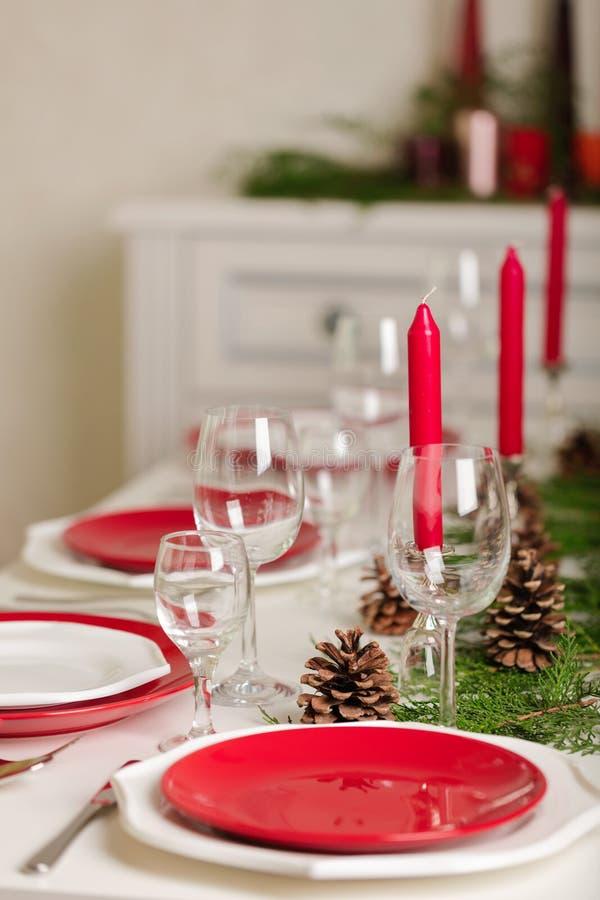 ¡Feliz Navidad y Feliz Año Nuevo! Тable que fija la decoración festiva imagenes de archivo
