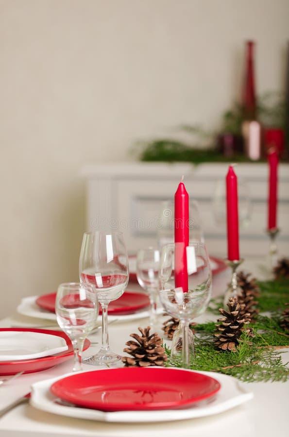 ¡Feliz Navidad y Feliz Año Nuevo! Тable que fija la decoración festiva fotos de archivo libres de regalías