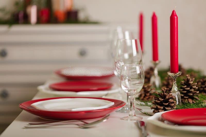 ¡Feliz Navidad y Feliz Año Nuevo! Тable que fija la decoración festiva imagen de archivo libre de regalías