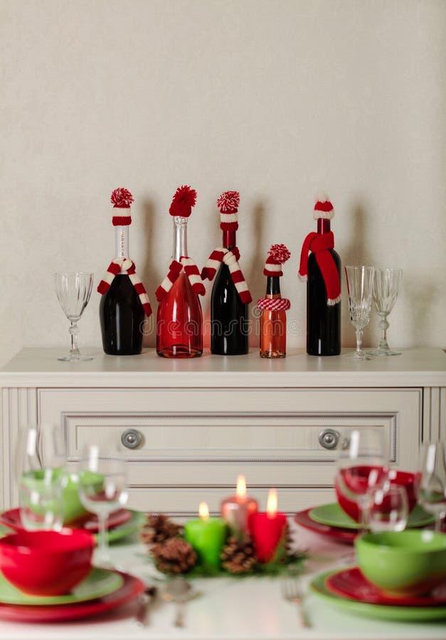 ¡Feliz Navidad y Feliz Año Nuevo! Тable que fija la decoración festiva - platos, velas y conos de abeto verdes y rojos Decoració foto de archivo libre de regalías