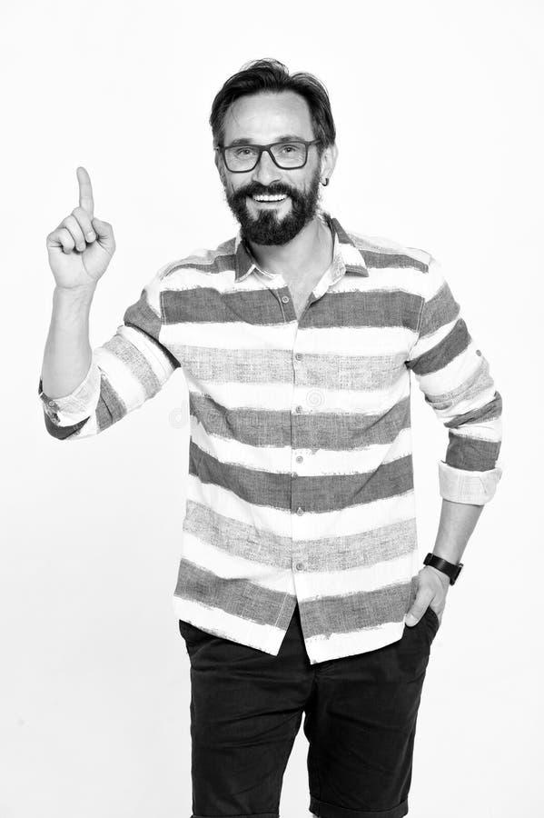 ¡Finger para arriba! Hombre barbudo emocionado con los vidrios que detienen el índice y que parecen aclarados con idea brillante  foto de archivo libre de regalías