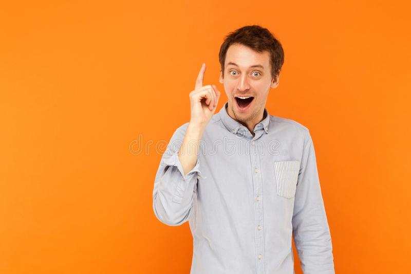 ¡Gran idea! El finger adulto joven del hombre para arriba, tiene una idea creativa imagenes de archivo