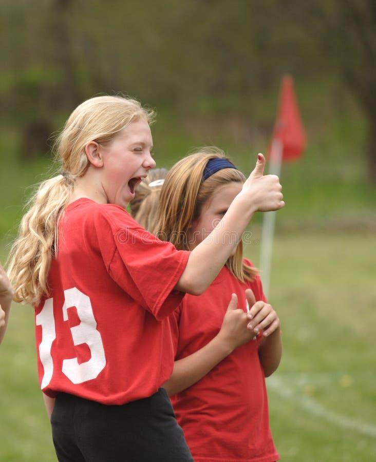 ¡Jugador de fútbol de la juventud con los pulgares para arriba! fotografía de archivo libre de regalías