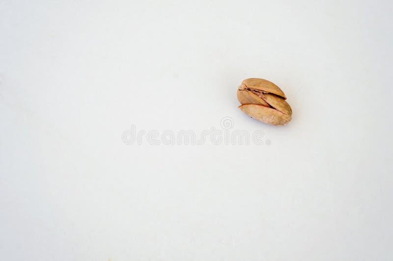 ¡Junte las metas! Los pistachos que se detienen en un fondo blanco y que dicen el uno al otro 'te amo, no me dejan ir, me detiene foto de archivo libre de regalías