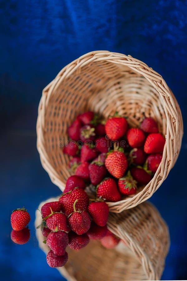 ¡La fresa de jardín que cae en la tabla! foto de archivo