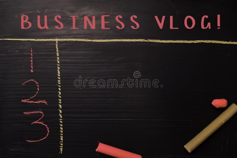 ¡Negocio Vlog! escrito con tiza del color Apoyado por servicios adicionales Concepto de la pizarra imagenes de archivo
