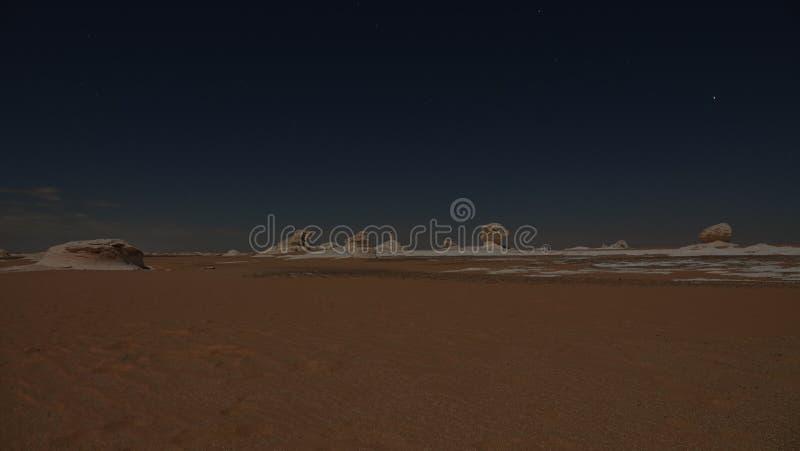 ¡Noche en el desierto! Paisaje hermoso mismo imágenes de archivo libres de regalías