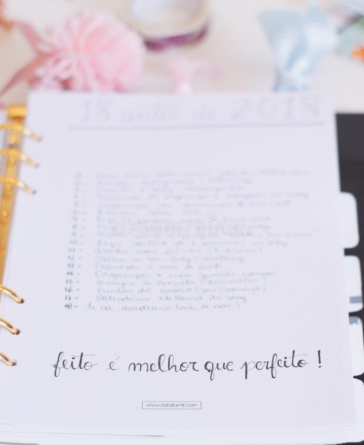 ¡Nota blanca con Fieto E Melhor Que Perfeito! Texto imágenes de archivo libres de regalías
