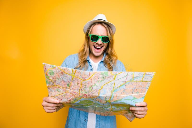 ¡Oh no! Portrair de jóvenes chocó al hombre que miraba en mapa de camino abierto encendido foto de archivo libre de regalías