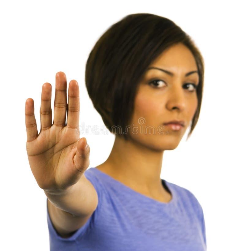 ¡PARADA! La mujer joven levanta la mano. fotos de archivo