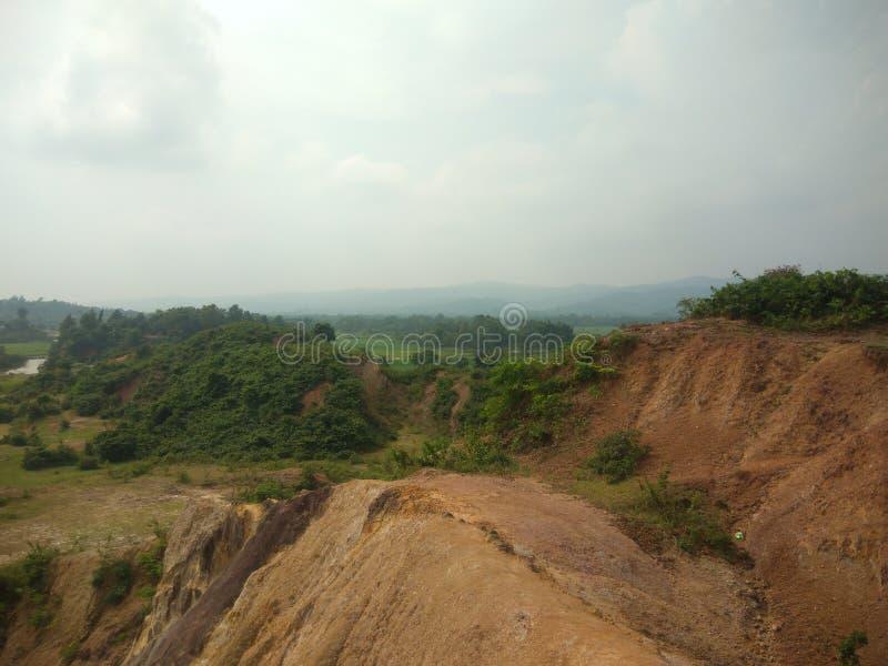 ¡Pequeña hermosa vista de las colinas con la tierra herbosa! foto de archivo libre de regalías