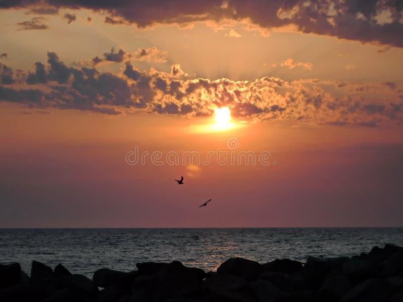 ¡Puestas del sol magníficas del Mar Negro! La belleza irreal parece ser un acontecimiento ordinario imagen de archivo