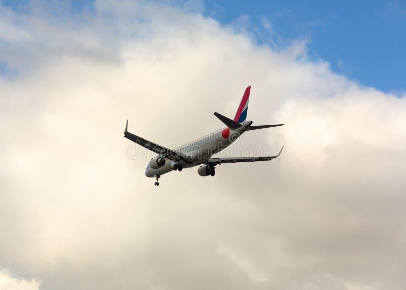 ¡SALTO de Embraer! acercamiento y aterrizaje imagen de archivo libre de regalías