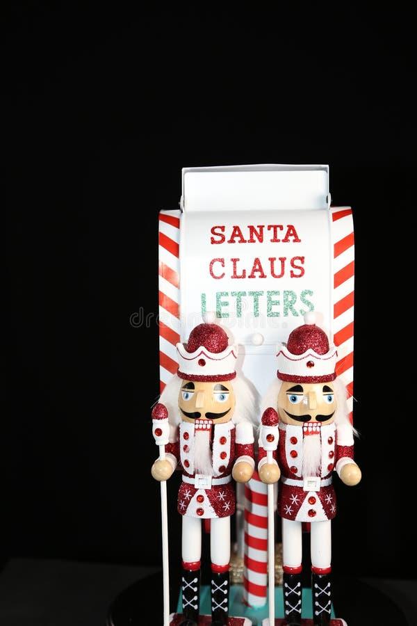 ¡Santa Claus pone letras a los soldados del cascanueces que protegen las letras de Papá Noel! fotos de archivo libres de regalías