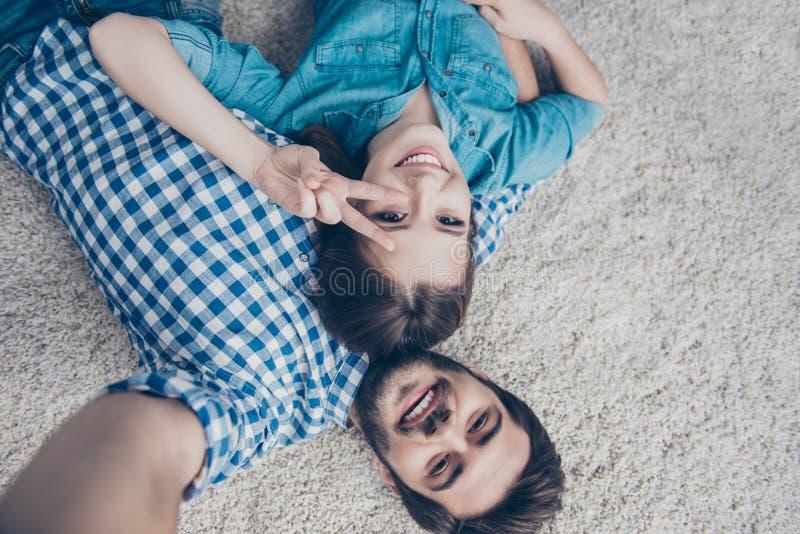¡Sonrisa! Tiro al revés de un par de adolescencias Los hermanos jovenes son fotografía de archivo libre de regalías