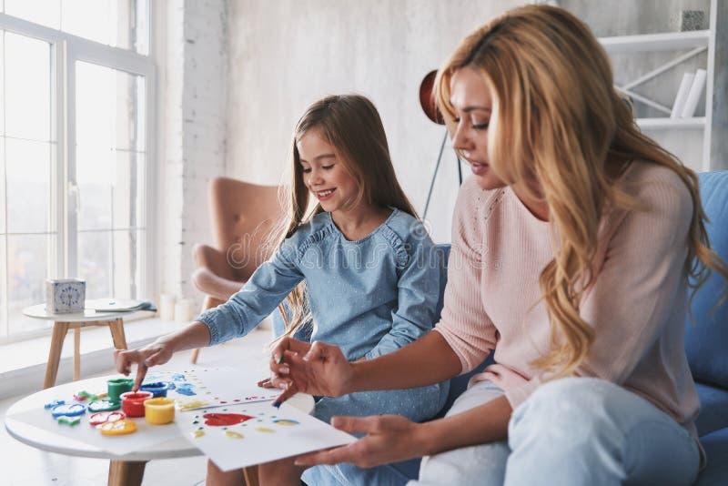 ¡Tan talentoso! Pintura de la madre y de la hija con los fingeres y smili fotos de archivo libres de regalías